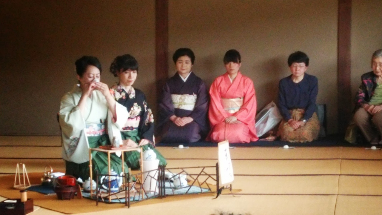 the japanese tea ceremony essay The japanese tea ceremony today i would like to talk about a special traditional ceremony of japan, which is well-known all over the world: the japanese tea ceremonythe japanese tea ceremony, or chanoyu (hot water for tea in japanese), came about when japan adopted both chinese practices of drinking powdered green tea and zen buddhist beliefs.