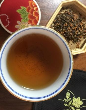 Irigome houjicha - the double roast Иригомэ ходзича - жареная поджаренность Несмотря на незаурядный аромат, жареному зелёному чаю ходзича часто не хватает объема во вкусе: заваренный напиток получается жидковатый и пустоватый, в лучшем случае лёгкий. С целью добавить в ходзича побольше консистенции, я решил скрестить его с жаренным рисом иригомэ. Ни в коем случае не претендую на оригинальность своего нового микса, ибо подсмотрел этот рецепт в одном чайном семействе в префектуре Симанэ. Сам чай, который фермеры делали исключительно для себя, мне тогда, если честно, не очень понравился так как был явно пережарен до запаха дешёвых папирос (на любителя!), однако сама идея соединить две жаренности в одну чайность показалась мне весьма интересной и я приберёг её до лучших времён. С тех пор прошло почти три года, утекло много воды и было выпито не меньше вкусного японского чая. И вот, сегодня, наконец поняв, что лучшие времена, это всегда сейчас, я смешал жаренный рис иригомэ сорта коси хикари из префектуры Ниигата с ходзича из префектуры Ямагучи. Жареный альянс получился весьма удачным и даже превзошёл мои ожидания. Аромат чая стал более акцентированным и в тоже время по хорошему сложным: в нём появились приятные нотки муската и фундука. Вкус, как и предполагалось, стал объёмнее и глубже, обрёл некую трёхмерность... В итоге получился добротный, осенне-зимний, согревающий и утепляющий чай. Вдохнуть пряный аромат иригомэ ходзича, не спеша наслаждаясь игрой жареного риса и чая на кончике собственного языка - всё равно, что погреться у костра в промозглый осенний день и наконец вспомнить о том, что лучшее - всегда впереди!